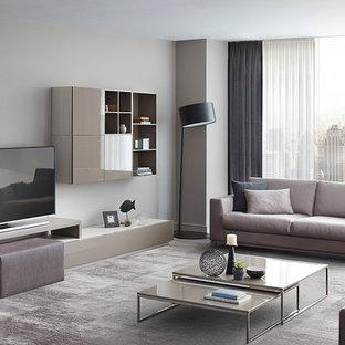 Imagen de salón abierto, minimalista, de tamaño medio, con paredes beige, moqueta y televisor colgado en la pared