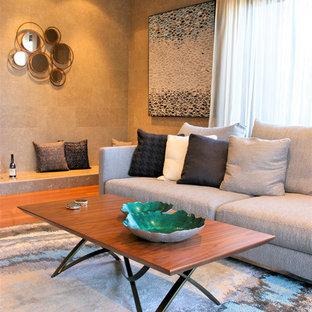Foto de salón para visitas abierto, moderno, grande, sin televisor, con paredes beige, suelo de madera en tonos medios, chimenea tradicional, marco de chimenea de metal y suelo rojo