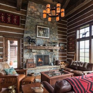 他の地域のサンタフェスタイルのおしゃれなLDK (茶色い壁、無垢フローリング、標準型暖炉、石材の暖炉まわり、テレビなし) の写真