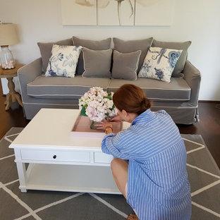 シドニーの中くらいのトラディショナルスタイルのおしゃれな独立型リビング (フォーマル、白い壁、竹フローリング、暖炉なし、据え置き型テレビ、茶色い床) の写真