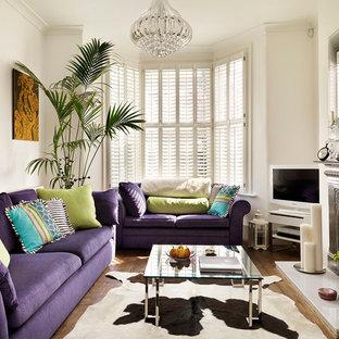 Idee per un soggiorno vittoriano chiuso con sala formale, pareti beige, pavimento in legno massello medio, camino classico, cornice del camino in metallo e TV autoportante