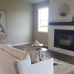 Offenes Country Wohnzimmer mit Kamin und Kaminumrandung aus Holzdielen in Seattle
