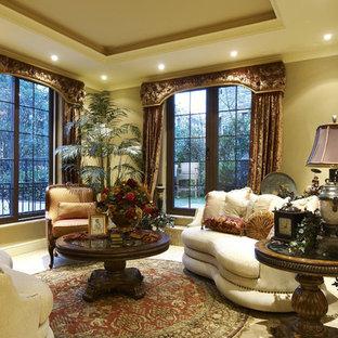 Ispirazione per un piccolo soggiorno vittoriano stile loft con sala formale, pareti beige e moquette