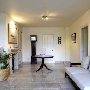 他の地域の中サイズのビーチスタイルのおしゃれなLDK (フォーマル、白い壁、ライムストーンの床、標準型暖炉、木材の暖炉まわり、テレビなし) の写真