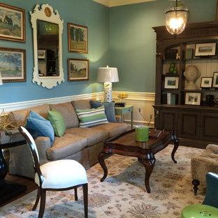 Esempio di un soggiorno chic di medie dimensioni e chiuso con sala formale, pareti blu, pavimento in legno massello medio, nessun camino e nessuna TV