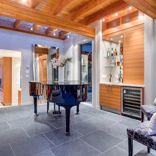 Esempio di un grande soggiorno design aperto con pareti beige, camino classico, cornice del camino in cemento, sala della musica, nessuna TV e pavimento in ardesia