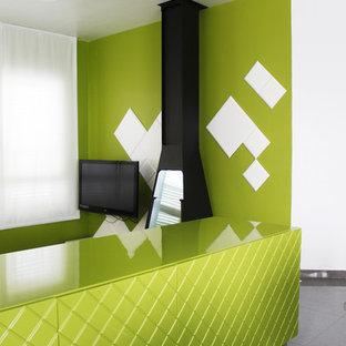 Idee per un grande soggiorno contemporaneo aperto con pareti verdi, pavimento con piastrelle in ceramica, camino sospeso, cornice del camino in metallo e TV a parete