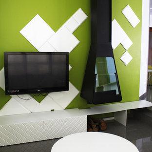 Foto di un grande soggiorno minimal aperto con pareti verdi, pavimento con piastrelle in ceramica, camino sospeso, cornice del camino in metallo e TV a parete