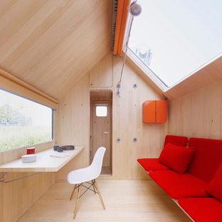 Свежая идея для дизайна: маленькая гостиная комната в стиле модернизм с светлым паркетным полом - отличное фото интерьера