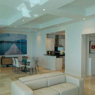 Esempio di un soggiorno moderno di medie dimensioni e aperto con pareti bianche, pavimento in gres porcellanato, nessun camino, TV a parete e pavimento beige