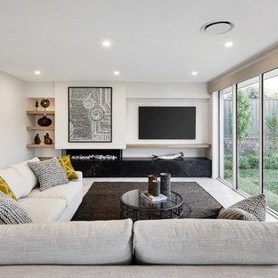 シドニーのコンテンポラリースタイルのおしゃれなLDK (白い壁、横長型暖炉、漆喰の暖炉まわり、壁掛け型テレビ、白い床) の写真
