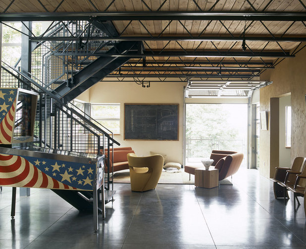 Industrial Living Room by PLACE architect ltd.