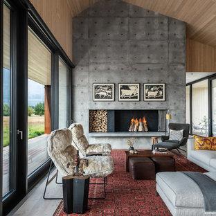 Esempio di un soggiorno contemporaneo aperto con parquet chiaro, camino classico e pavimento beige