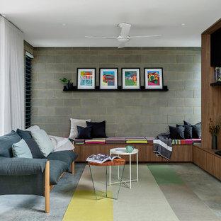 Foto de salón abierto y ladrillo, moderno, ladrillo, con paredes grises, suelo de cemento, televisor independiente, suelo gris y ladrillo