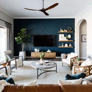 Modelo de salón abierto y panelado, tradicional renovado, de tamaño medio, panelado, sin chimenea, con paredes azules, televisor colgado en la pared, suelo marrón, suelo de madera oscura y panelado