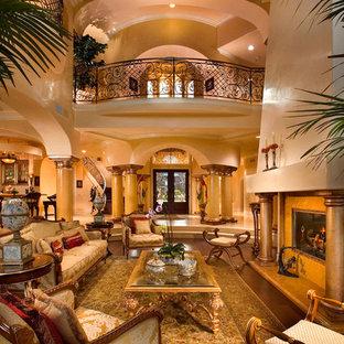 Cette image montre un très grand salon méditerranéen avec une cheminée standard.