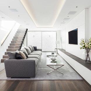 Großes, Repräsentatives, Offenes Modernes Wohnzimmer ohne Kamin mit weißer Wandfarbe, braunem Holzboden und Wand-TV in London