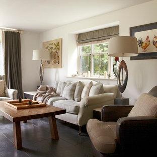 Esempio di un soggiorno in campagna di medie dimensioni e chiuso con pareti bianche, pavimento in ardesia e TV a parete