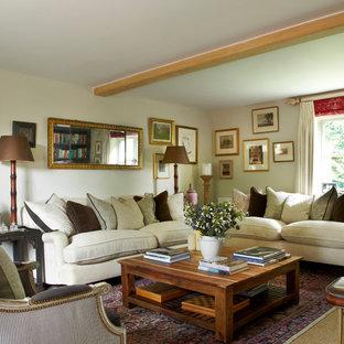 ウィルトシャーの中サイズのカントリー風おしゃれな独立型リビング (カーペット敷き、壁掛け型テレビ) の写真