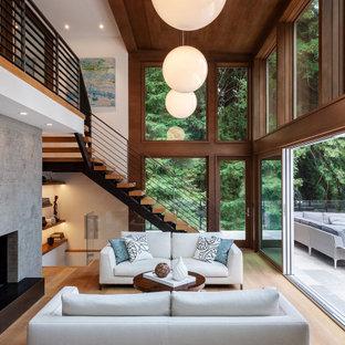 Modernes Wohnzimmer mit weißer Wandfarbe, braunem Holzboden, braunem Boden und Holzdecke in San Francisco