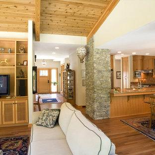 Offenes Modernes Wohnzimmer mit freistehendem TV in Seattle