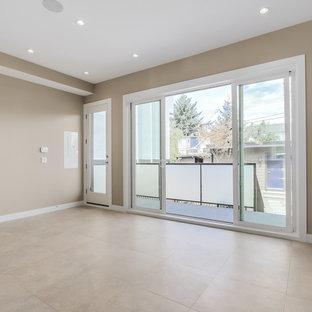Modelo de salón abierto, moderno, pequeño, con paredes beige, suelo de baldosas de cerámica, chimenea lineal, marco de chimenea de baldosas y/o azulejos y televisor colgado en la pared