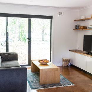 Diseño de salón abierto, minimalista, pequeño, con suelo de bambú, televisor independiente y suelo marrón