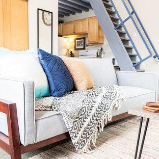Foto di un piccolo soggiorno minimalista con pavimento in cemento e pavimento verde