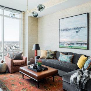 Modernes Wohnzimmer mit beiger Wandfarbe und Tapetenwänden in Boston