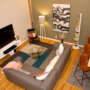 Idee per un soggiorno minimalista stile loft e di medie dimensioni con pareti multicolore, parquet chiaro, nessun camino e TV autoportante