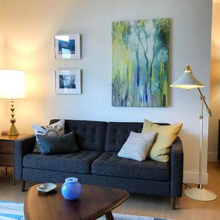 Idee per un piccolo soggiorno moderno aperto con angolo bar, pareti bianche, pavimento in laminato, TV autoportante e pavimento beige