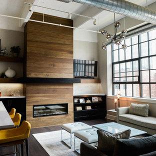 ニューヨークのコンテンポラリースタイルのおしゃれなLDK (ベージュの壁、濃色無垢フローリング、横長型暖炉、木材の暖炉まわり、壁掛け型テレビ) の写真