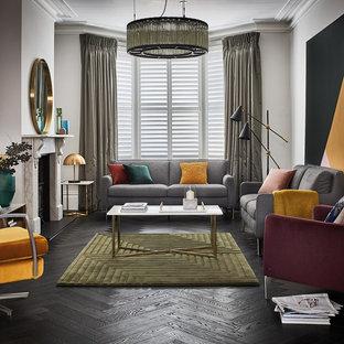 Esempio di un soggiorno moderno di medie dimensioni e chiuso con pareti multicolore, stufa a legna e pavimento nero