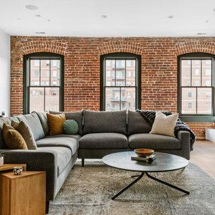 Industrial Wohnzimmer mit weißer Wandfarbe, braunem Holzboden, braunem Boden und Ziegelwänden in Denver