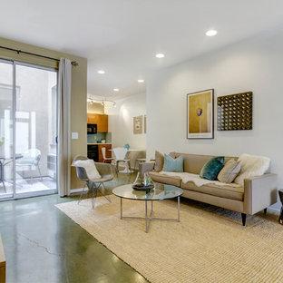 Ispirazione per un soggiorno design con TV autoportante e pavimento verde