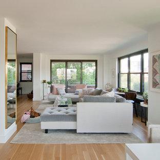 Immagine di un soggiorno moderno di medie dimensioni e aperto con angolo bar, pareti bianche, parquet chiaro, TV a parete, pavimento beige e nessun camino