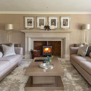Foto de salón para visitas tradicional renovado, grande, con paredes marrones y estufa de leña