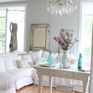 Shabby-Look Wohnzimmer mit grauer Wandfarbe in Sonstige