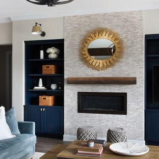 オースティンの中サイズのトランジショナルスタイルのおしゃれなリビングロフト (フォーマル、マルチカラーの壁、濃色無垢フローリング、暖炉なし、壁掛け型テレビ、グレーの床) の写真