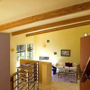 Immagine di un soggiorno moderno con pareti gialle