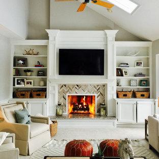 コロンバスの中サイズのおしゃれなLDK (グレーの壁、カーペット敷き、標準型暖炉、木材の暖炉まわり、埋込式メディアウォール、白い床) の写真