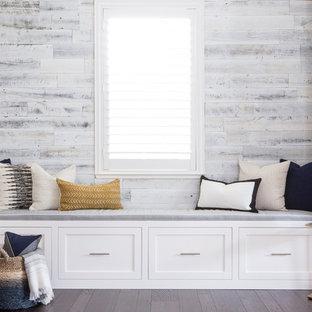 Foto di un soggiorno stile marino con parquet scuro e pareti in legno