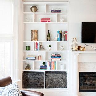 Immagine di un piccolo soggiorno contemporaneo chiuso con pareti bianche, parquet chiaro, camino classico, TV a parete, cornice del camino piastrellata e pavimento beige