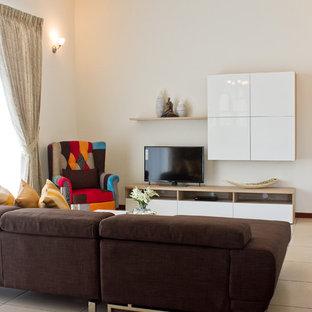 他の地域の小さいコンテンポラリースタイルのおしゃれな独立型リビング (ベージュの壁、磁器タイルの床、据え置き型テレビ) の写真
