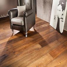 Traditional Living Room by Designtra.com