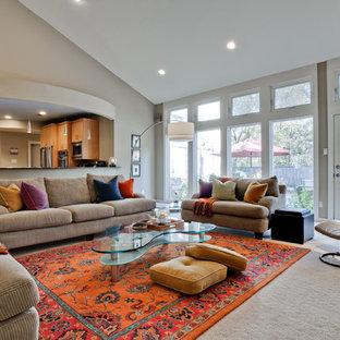 Esempio di un grande soggiorno minimal aperto con pareti beige, moquette, camino classico, cornice del camino piastrellata, nessuna TV e pavimento grigio