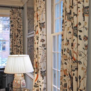 Esempio di un soggiorno vittoriano di medie dimensioni e chiuso con sala formale, pareti blu, parquet scuro, camino classico, cornice del camino in pietra e nessuna TV