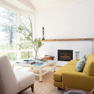 Foto på ett stort vintage allrum med öppen planlösning, med ett finrum, vita väggar, mellanmörkt trägolv, en öppen vedspis och brunt golv