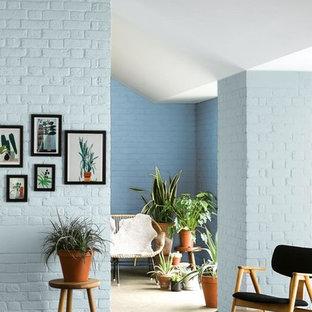 Foto di un soggiorno aperto con pareti blu, pavimento in linoleum, nessun camino e nessuna TV