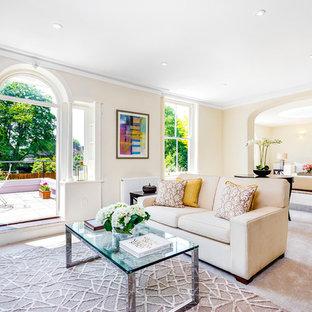 Diseño de salón tradicional renovado con paredes beige y moqueta